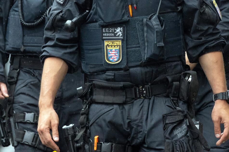 Frankfurt: Mann (34) geht auf Partnerin los: Als Polizei anrückt, eskaliert die Situation komplett