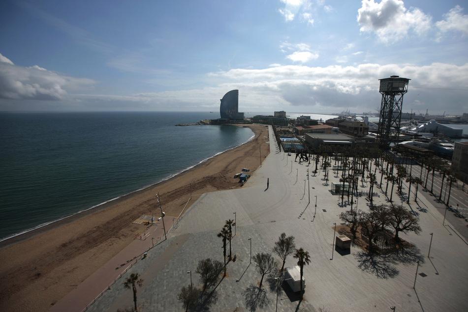 Auch am Strand von Barcelona sind keine Menschen zu sehen.