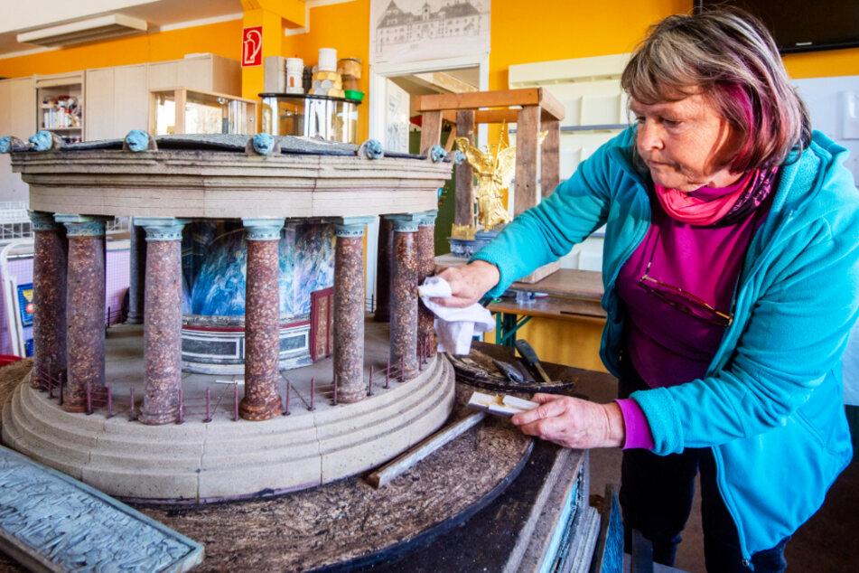 Modellbauerin Antje Hempel (60) restauriert die Siegessäule in der Miniwelt.
