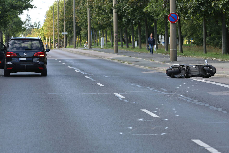 Das Moped ist seitlich gegen den VW geprallt.
