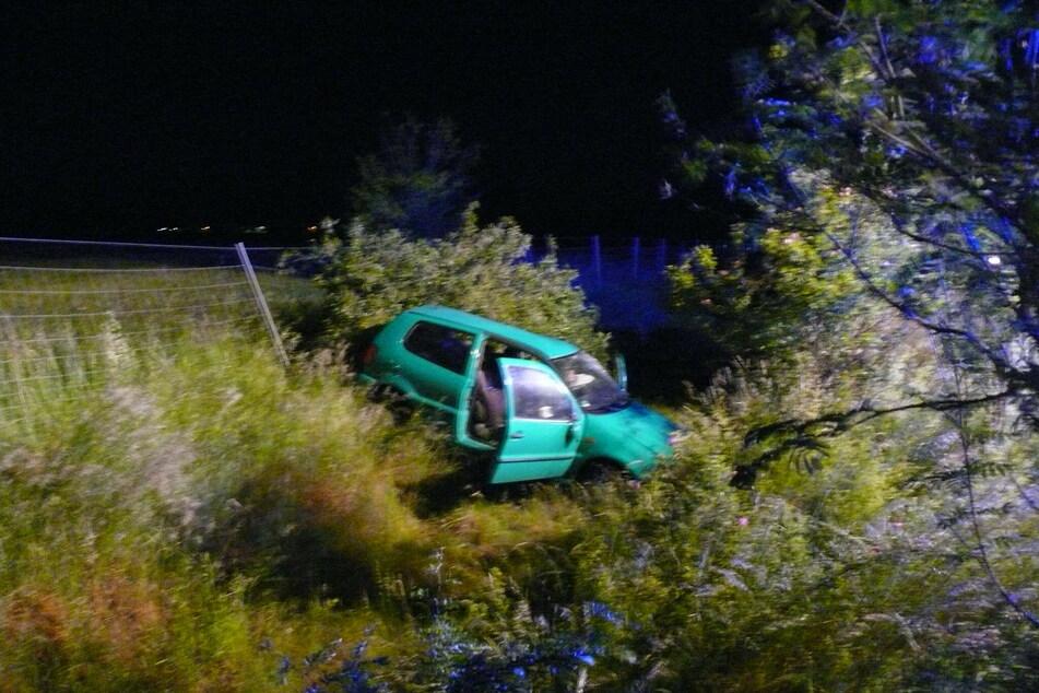 Nach einem Ausweichmanöver landete der Wagen im Straßengraben.