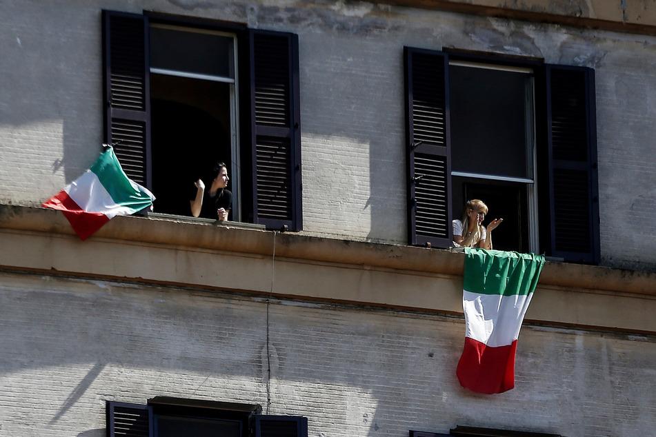 """Menschen in Rom singen am Tag der Befreiung Italiens von ihren Wohnungen aus """"Bella Ciao"""", die Hymne des kommunistischen Widerstands in Italien."""