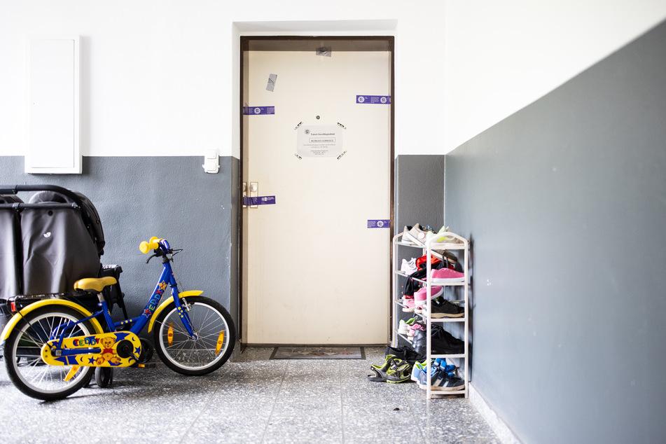 Die Polizei hat die Wohnungstür versiegelt. Dahinter wurden die fünf Kinder tot in ihren Betten gefunden.