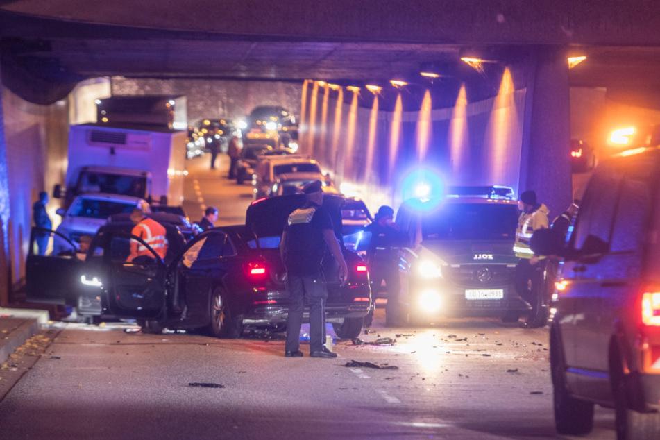 Schwerer Crash im Tunnel: Audi-Fahrer kracht in Gegenverkehr