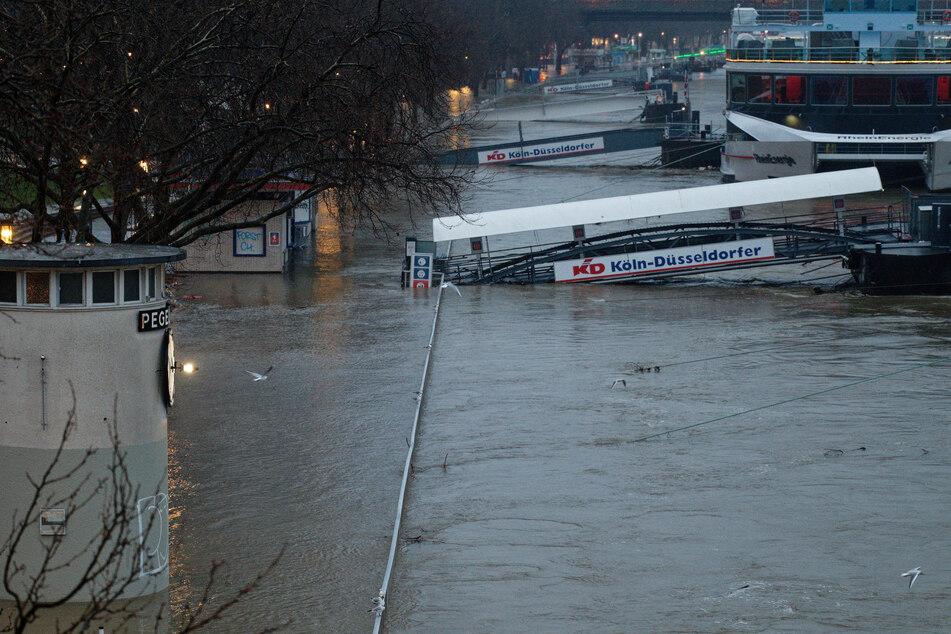 Am Dienstag könnte auf dem Rhein möglicherweise wieder eingeschränkt die Schifffahrt stattfinden. Am Montagmorgen lag der Pegelstand bei 8,66 Metern.