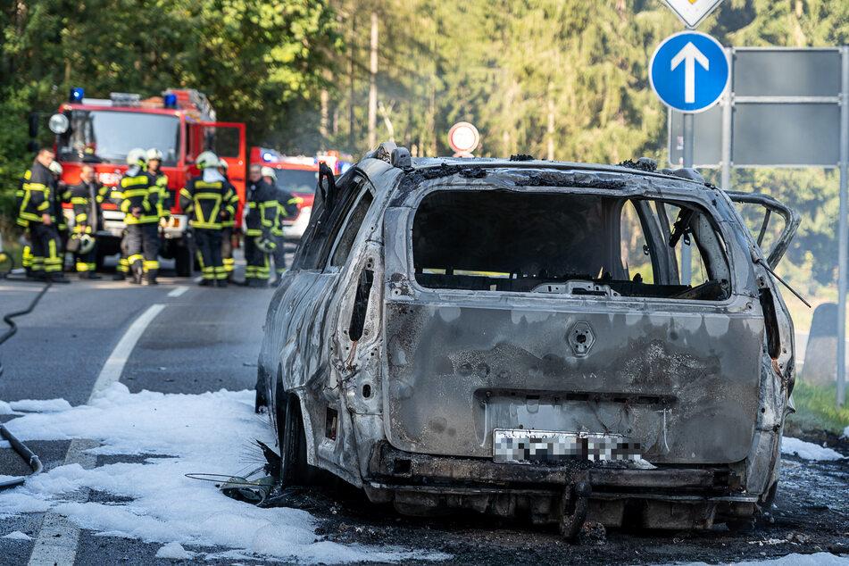 Auf der Klingenthaler Straße brannte am Dienstag ein Renault völlig aus. Das Auto fing während der Fahrt plötzlich Feuer.