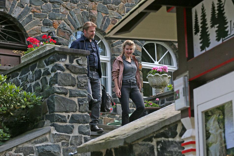 """Für """"Der Tote im Burggraben"""" müssen Kommissar Robert Winkler (Kai Scheve, 55) und seine Mitarbeiterin Karina Szabo (Lara Mandoki, 32) tief in die Geschichte von Burg Hartenstein eintauchen."""