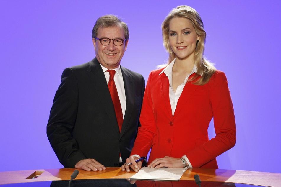 """Judith Rakers zusammen mit dem Mann, der sie vor 16 Jahren entdeckte: Ex-""""Tagesschau""""-Moderator Jan Hofer (69). Im Jahr 2008, kurz bevor die Hamburgerin das erste Mal in der Nachrichtensendung zu sehen war, posierten die beiden gemeinsam im damaligen """"Tagesschau""""-Studio."""