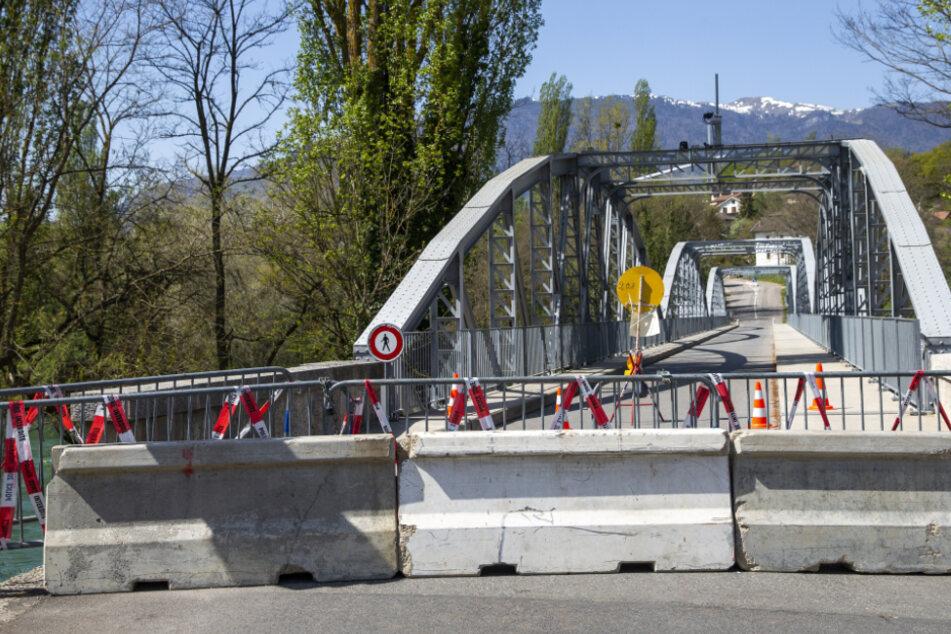 Betonblöcke und Zäune blockieren eine Straße an der Grenze zwischen der Schweiz und Frankreich. Die Schweiz öffnet am 15. Juni ihre Grenzen nicht nur zu Deutschland, Frankreich und Österreich, sondern zu allen Staaten der EU und der Europäischen Freihandelszone.
