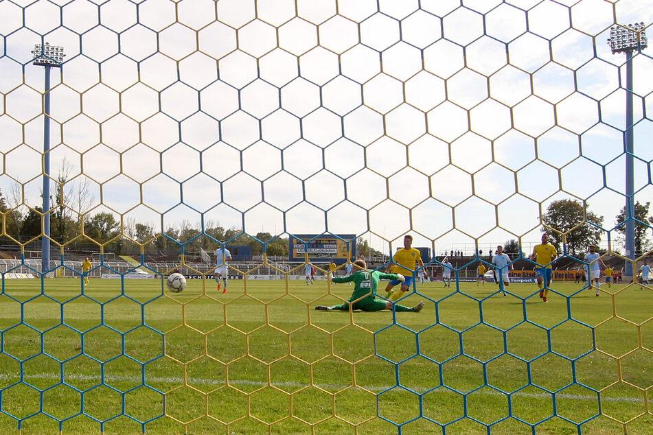 Gleich zappelte der Ball im CFC-Netz: Maik Salewski bezwang Keeper Jakub Jakubov.