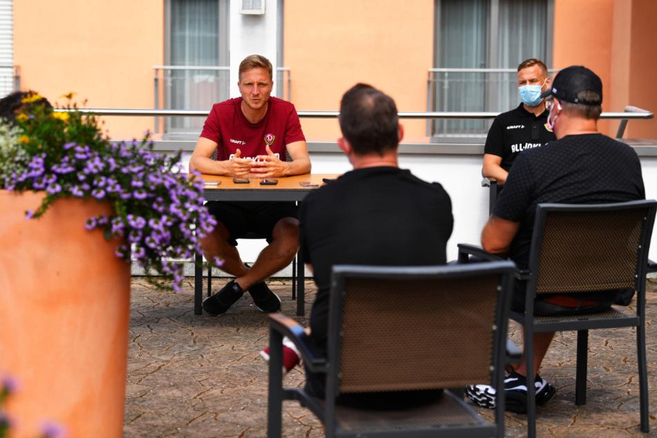 Presse-Runde in Zeiten von Corona: Marco Hartmann (l.) sitzt am Tisch, die Dresdner Medienleute mit gebührendem Abstand und Maske vor ihm.