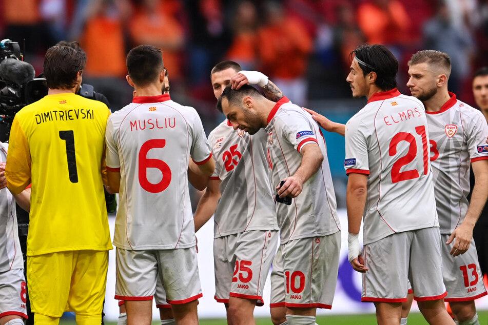 Der Abschied einer Legende: Nordmazedoniens 37-jähriger Superstar Goran Pandev (3.v.r.) wurde in der 68. Minute unter dem Applaus der Zuschauer und Teamkollegen angeschlagen ausgewechselt. Der herausragende Stürmer hat nach 122 Länderspielen seinen Abschied aus der Nationalelf bekannt gegeben.