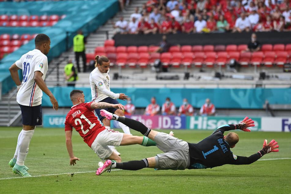 Pete The Wall! Ungarns Nationalkeeper Péter Gulácsi (r.) hielt in der 14. Minute erst gegen Karim Benzema und danach auch den Nachschuss von Antoine Griezmann (2.v.r.).