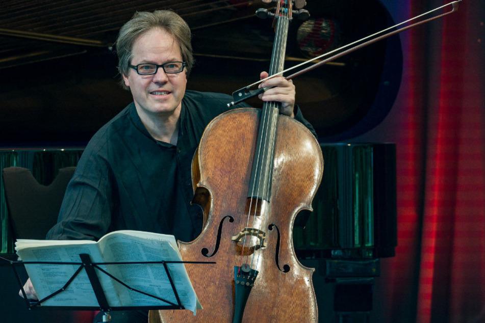 Jan Vogler, Cellist, bei einem Konzert Anfang August auf Schloss Neuhardenberg. Derzeit leitet er das renommierte Moritzburg Festival für Kammermusik. Es findet wegen der Corona- Pandemie in diesem Jahr ausschließlich unter freiem Himmel statt.