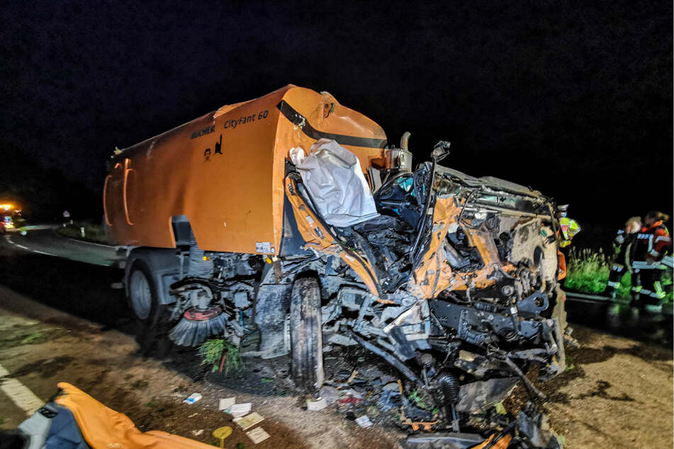 Der 87-jährige Fahrer der Kehrmaschine konnte nur noch tot aus dem Wrack geborgen werden.