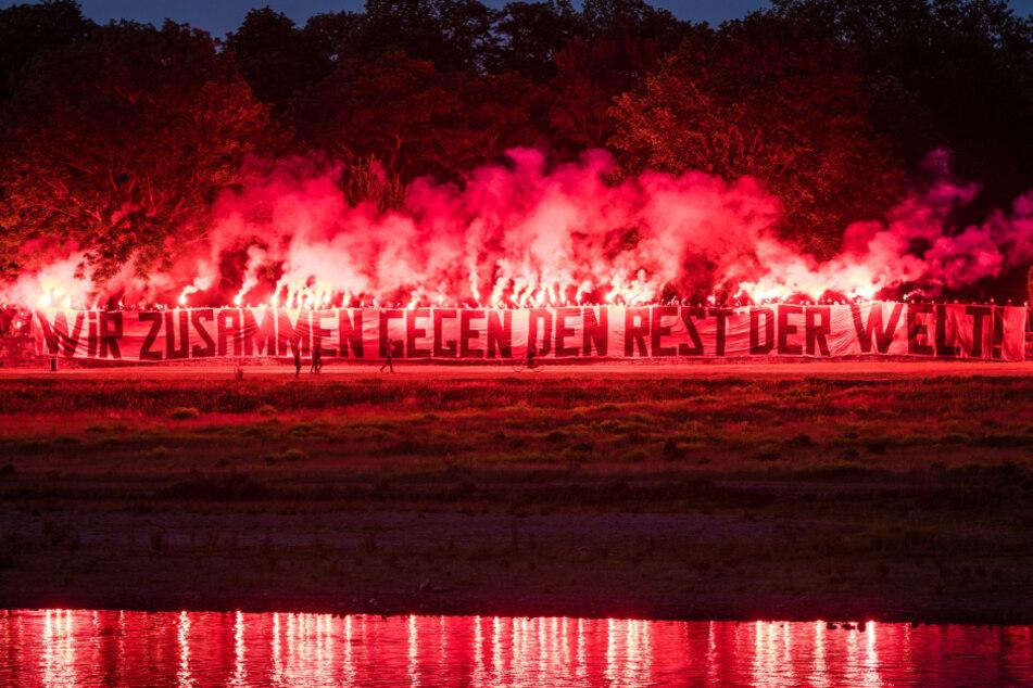 Tolle Aktion: Die Dynamo-Ultras brannten am Elbufer dieses Motivationsfeuer ab - von den Profis im Maritim-Hotel gut zu sehen.