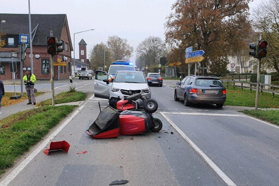 Die Autofahrerin rammte einen Mann auf seinem Aufsitzrasenmäher.