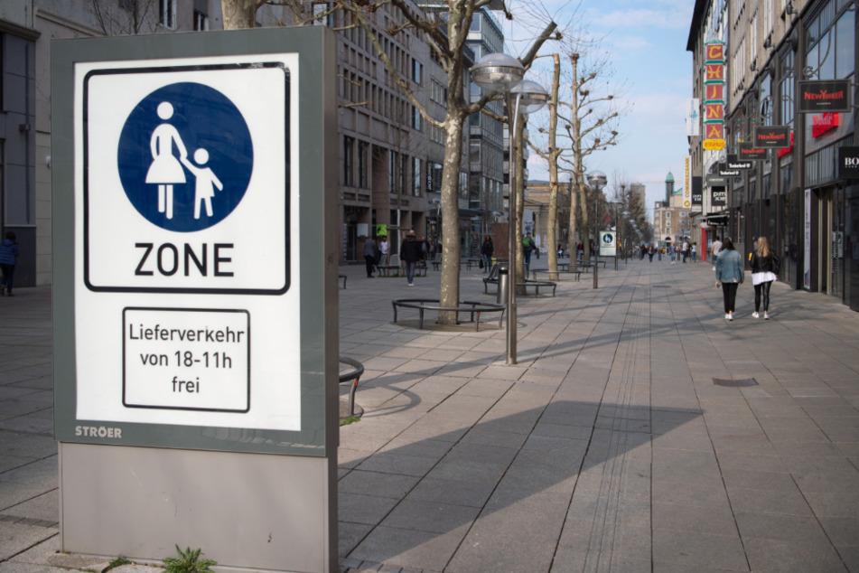 Die Fußgängerzone ist nahezu menschenleer.
