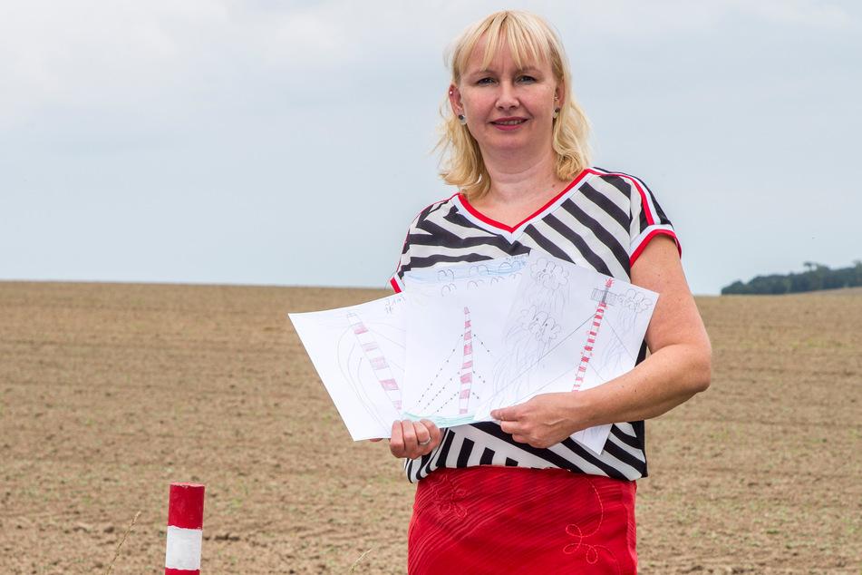 Riesige Beteiligung: Sabine Neumann (40) vom Förderverein Funkturm mit einigen Bildern des Malwettbewerbs.
