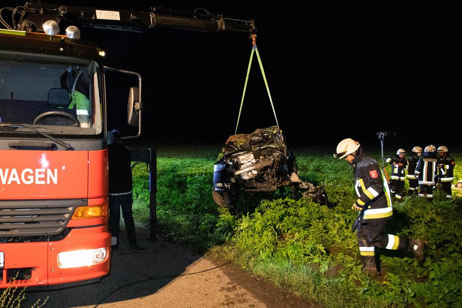 Der 20 Jahre alte Fahrer wurde aus dem Wagen geschleudert und starb noch an der Unfallstelle.