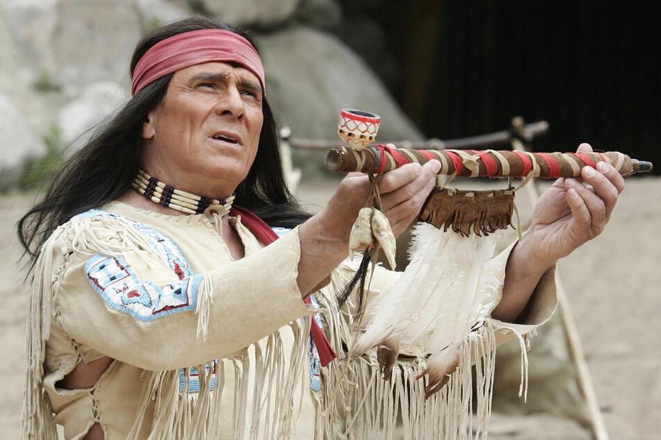 """Der Schauspieler Gojko Mitic (80) probt bei den Karl-May-Spielen in Bad Segeberg seine Rolle als Apachenhäuptling Winnetou in dem Stück """"Winnetou III"""". Die Rolle eines Indianers auf der Leinwand scheint ihm auf den Leib geschrieben. Er wird auch """"Winnetou des Ostens"""" genannt."""
