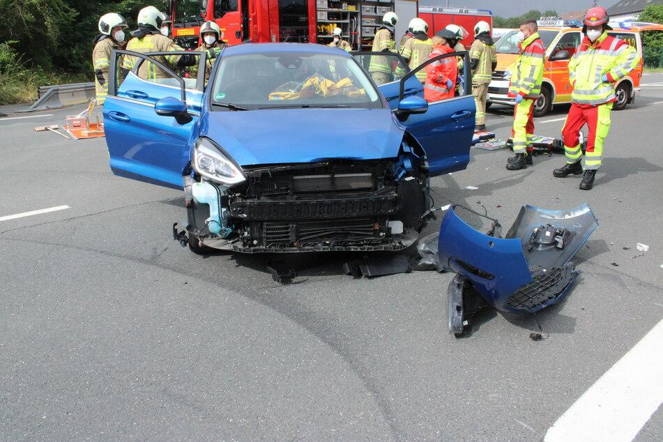 Der blaue Ford der Unfallverursacherin wurde bei dem Unfall stark beschädigt. Insgesamt schätzt die Polizei den Sachschaden auf 24.000 Euro.