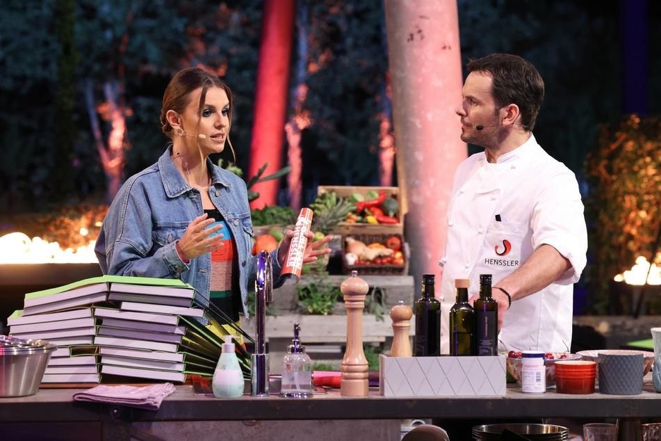 Laura Wontorra (32) fordert Steffen Henssler (48) während der Show zu einer Wette heraus.