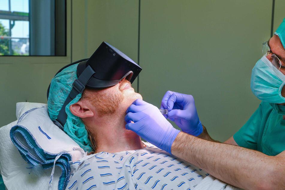 Ulm: Ein Patient trägt bei einem Eingriff eine Virtual-Reality Brille.