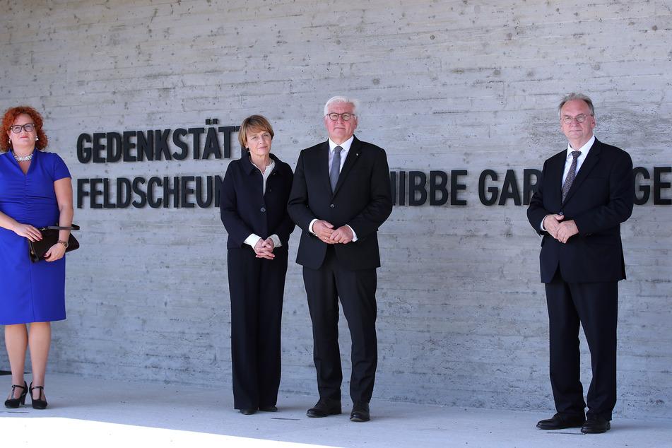 Bundespräsident Frank-Walter Steinmeier (M.) und seine Ehefrau Elke Büdenbender (M.l.) stehen mit Sachsen-Anhalts Ministerpräsident Reiner Haseloff (CDU) und Gardelegens Bürgermeisterin Mandy Schumacher (SPD) vor dem Eingang der Gedenkstätte.
