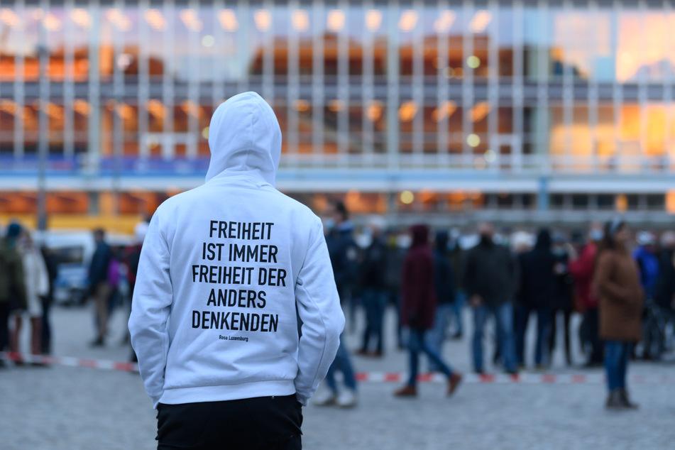 """Bereits seit Monaten demonstrieren Anhänger der """"Querdenken""""-Bewegung montags in Dresden auf dem Altmarkt. (Archivbild)"""