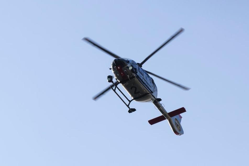 Auch ein Hubschrauber ist im Einsatz.