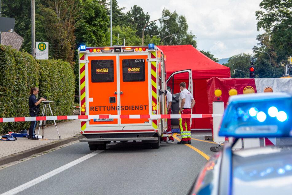 Rettungskräfte sind an der Unfallstelle in Forchheim im Einsatz.