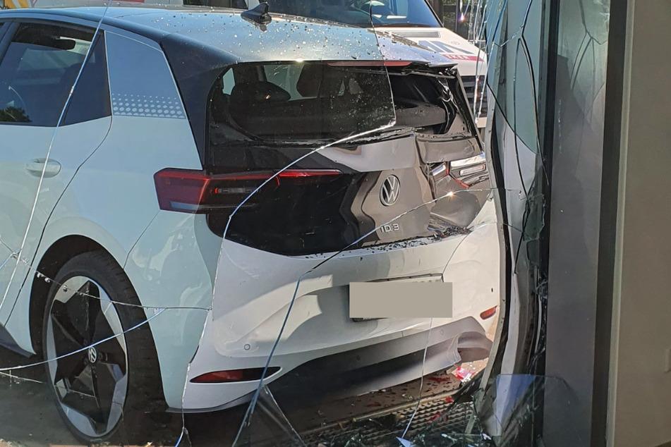 Neben dem Volkswagen ging außerdem eine Glasscheibe kaputt.