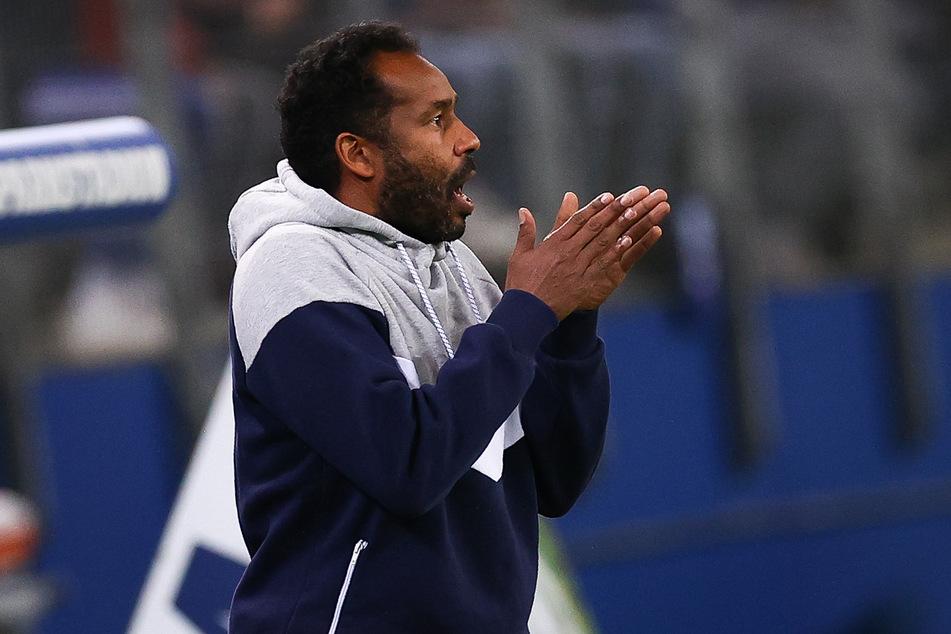 Hamburgs Trainer Daniel Thioune gestikuliert am Spielfeldrand.