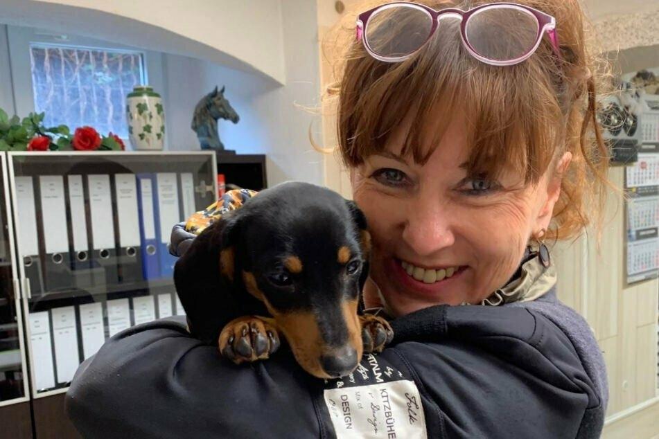 Tierheimchefin Regina Barthel-Marr (60) mit einem Findel-Hund.