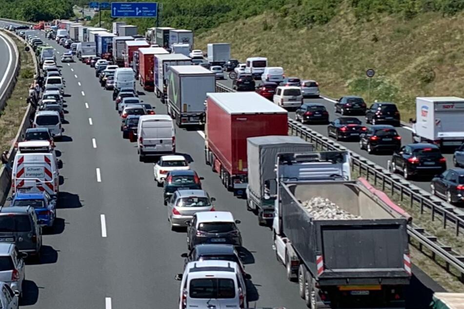 Verkehrschaos auf der A3: Stromkabel kracht bei Bauarbeiten auf mehrere Fahrbahnen