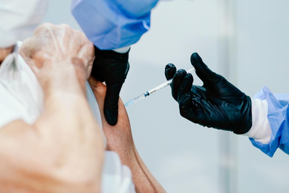 Auf Impfzentren, Impfstofftransporte und medizinischem Personal könnte es An- bzw. Übergriffe geben, darauf stellt sich die Bundesregierung ein.