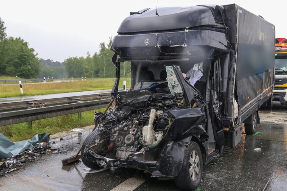 Sprinter kracht in Stauende: Fahrer stirbt auf der Autobahn