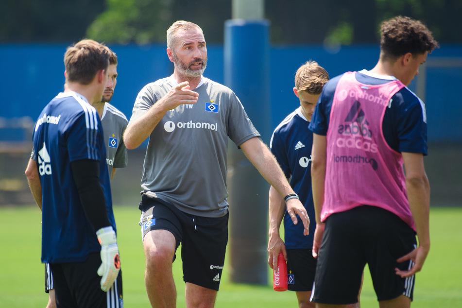 """HSV-Coach Tim Walter (45, Mitte) ist mit der bisherigen Vorbereitung seiner Mannschaft """"sehr zufrieden"""" und sieht sie auf einem guten Weg."""