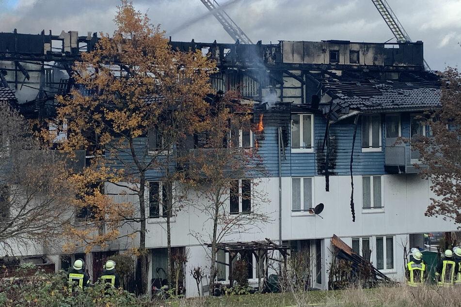 Beim Eintreffen der ersten Einsatzkräfte schlugen bereits starke Flammen von einem Balkon im zweiten Stockwerk.