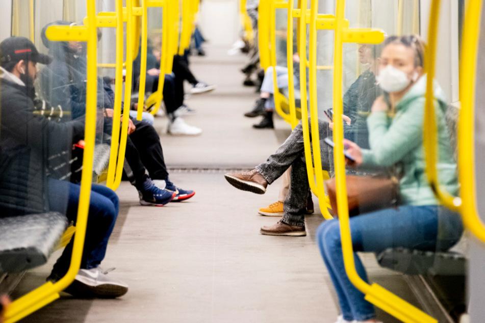 Fahrgäste mit Mundschutz in einer Berliner U-Bahn.
