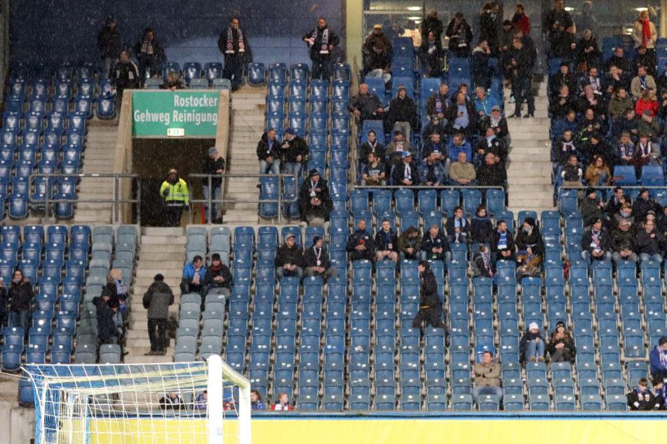 3. Liga, 27. Spieltag im März 2020, Hansa Rostock - Eintracht Braunschweig im Ostseestadion. Teilweise recht leer sind die Ränge im Stadion.