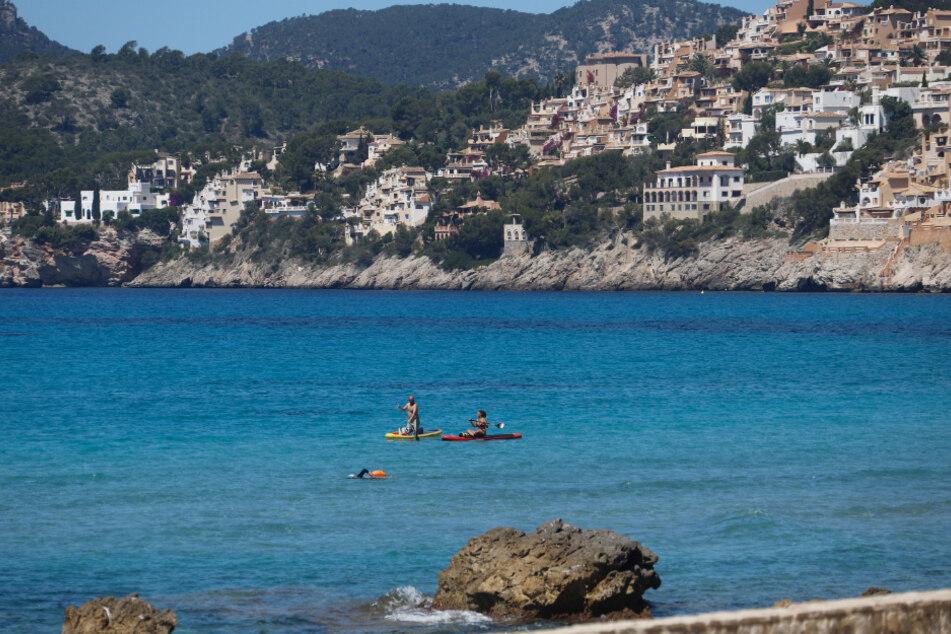 Am Strand von Paguera auf der spanischen Insel Mallorca wird Sport getrieben.