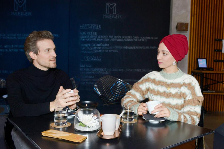 Felix und Nazan versuchen beim Date ihre Befangenheit zu überwinden.