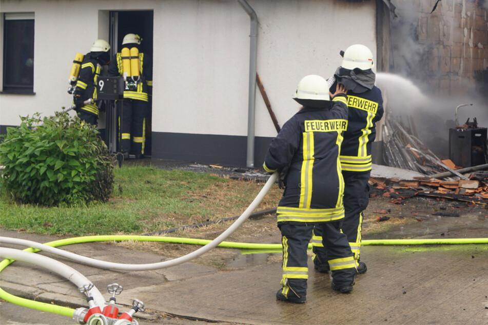 Feuer bricht in Einfamilienhaus aus, während Eigentümer auf Terrasse sitzt: Hunderttausende Euro Schaden!