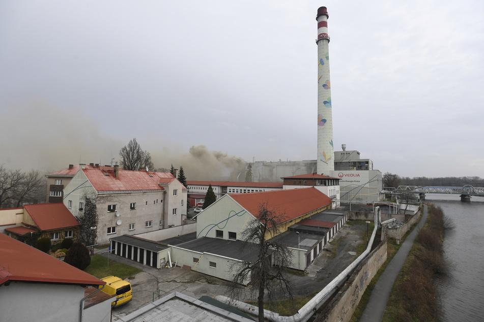 Dicke Rauchschwaden! Explosion und Brand in Kohlekraftwerk in Tschechien