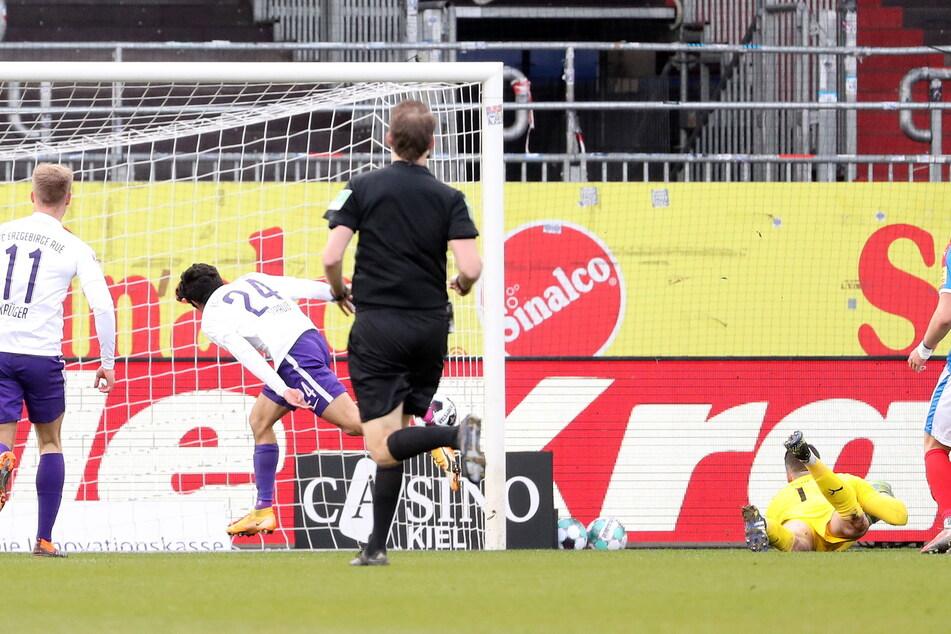 John Patrick Strauß (25, l.) überwindet Kiels Torhüter Ioannis Gelios (am Boden), doch der Treffer zählt nicht. Der Auer stand im Abseits - die Winzigkeit von vier Millimetern.