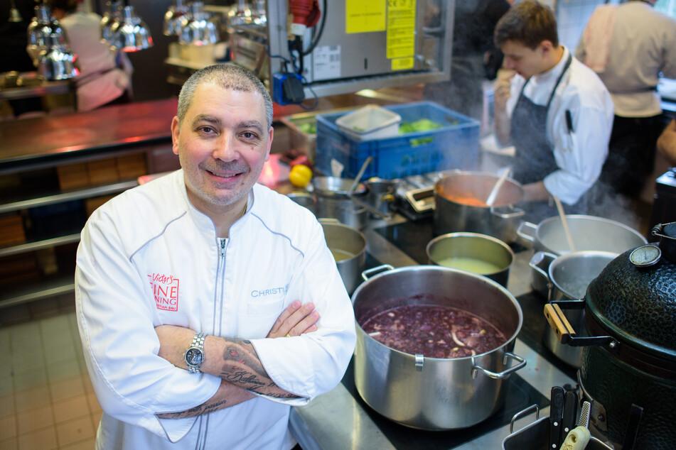 """Koch Christian Bau steht in der Küche seines Restaurants """"Victor's Fine Dining""""."""