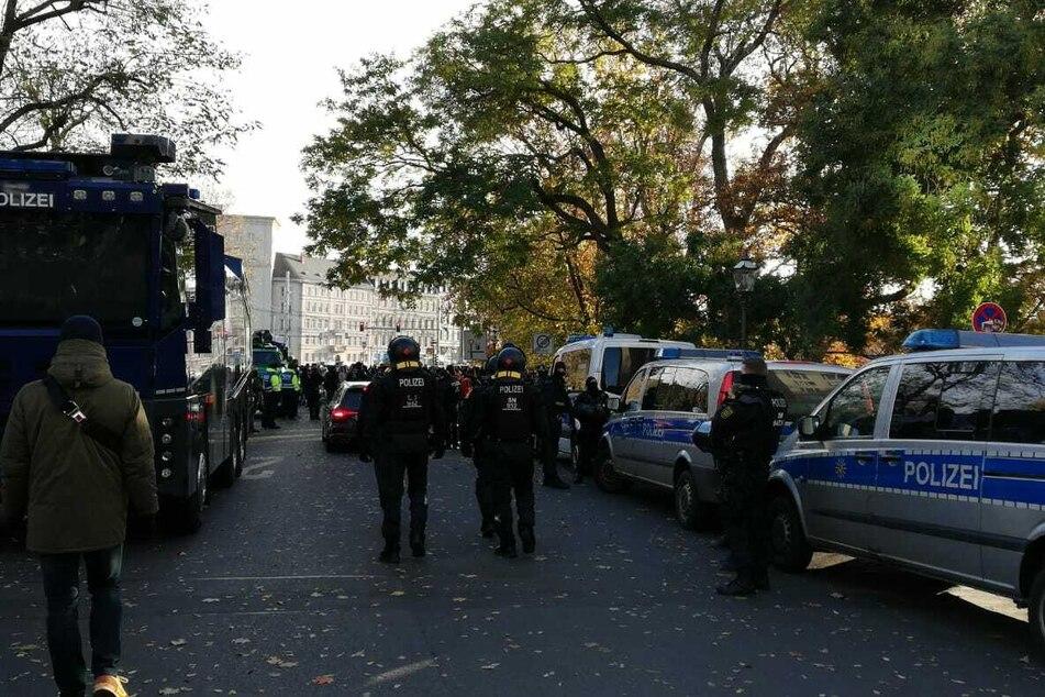 Die Polizei forderte die Gegendemonstranten auf, das Gebiet zu räumen.