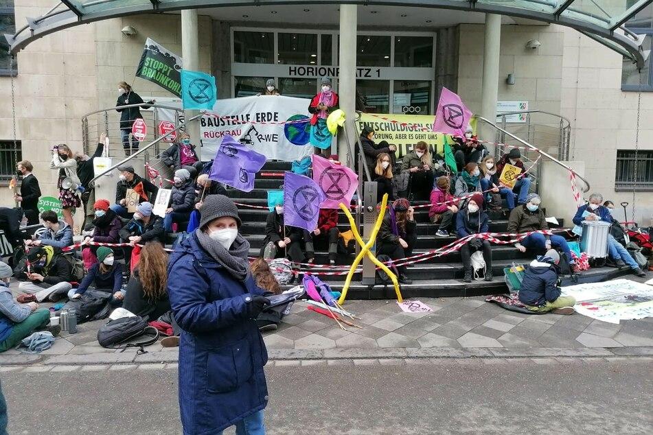 Demo in Düsseldorf: Aktivisten blockieren Staatskanzlei
